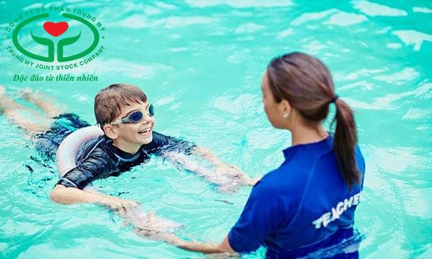 Trẻ động kinh cần có người lớn bên cạnh mỗi khi tham gia hoạt động bơi lội