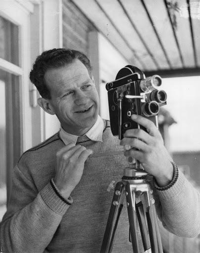Grundlæggeren, Svend Aage Thomsen, med smalfilmskamera.
