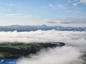 Photo: La vallée de la Sioule pleine de brume avec le Puy de Dôme au fond.