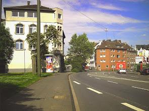 Photo: Blick zurück auf das Haus Nr. 34 von Höhe Villa Post (Haus Nr. 38); hierbei wird deutlich, daß es genau in der Flucht der früheren Kölner Straße (im Zuge der Fabrikhofstraße) steht.