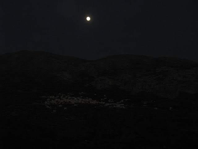 Luna en la noche sobre un pueblo de Grecia