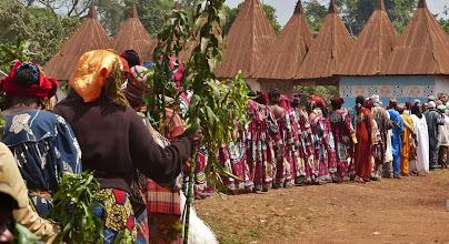Photo: Die Tänzerinnen im Vordergrund tragen Zweige der sog. Friedenspflanze, die beitragen sollen, dass nach dem Todesereignis wieder Harmonie einkehrt.