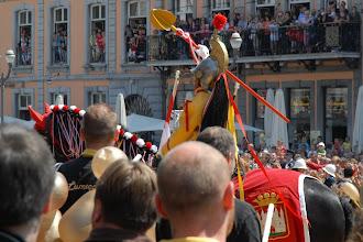 Photo: Saint Georges entame le combat à la lance.     Aux fenêtres et balcons, il ne reste plus une place libre .