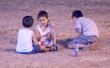 Photo: Kinder die nach Mitternacht noch draussen spielen dürfen