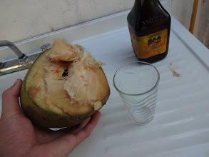 Photo: I přes varovný cedule zakazující sbírání kokosů ze země jsme si jich pár z pláže přivezli. Pár ladných švihů mačetou a kokos byl připravenej na podojení.