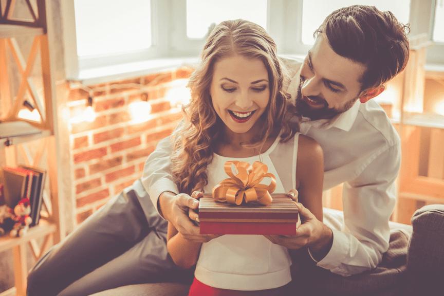 Đàn ông chăm tặng quà cho vợ có khả năng nhanh giàu, công việc thuận lợi