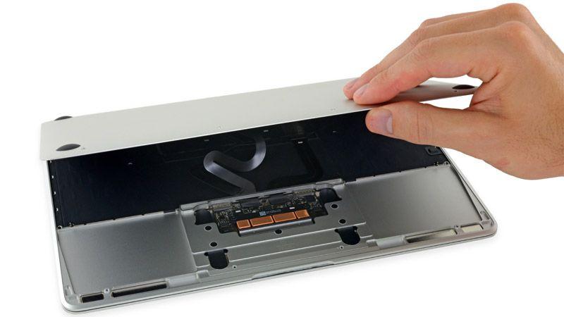 Khéo léo để tránh hỏng các ruy băng gắn dưới vỏ Macbook khi thay pin