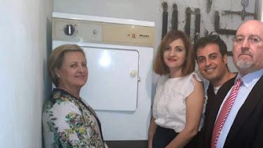 Mercedes Sáiz y su familia junto a la secadora prodigiosa.
