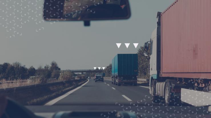 Algunos camiones en una carretera