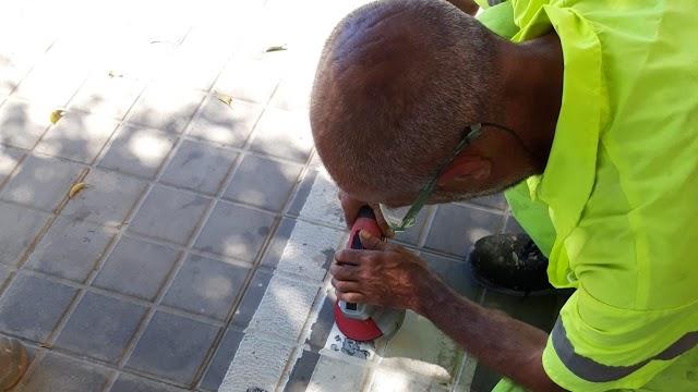 Foto del Grupo Municipal Popular que muestra a un operario puliendo el paso de cebra provisional.