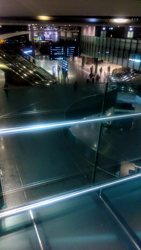 В аэропорту Цюриха ночью.