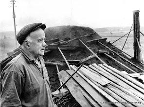 """Photo: Erik Persson, Västra Gården, vid sin sista mila 1962. Erik på """"Västra Går'n"""" föddes 1906 och blev gården trogen till sin död 1996."""