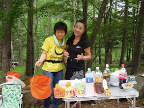 Photo: 1日目のエイドは、アやっちとフラ、飲み物が並んでいつものエイドで安心だ!バックは素敵な緑の森