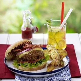 Cheddar Burger mit Paprika-Mayonnaise und Kartoffelspalten