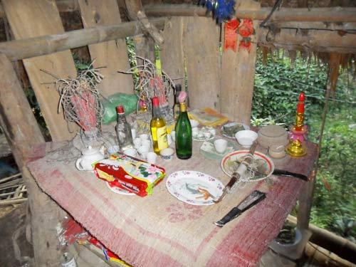 Bàn thờ và một số vật dụng dùng để luyện bùa yêu dân tộc Mường