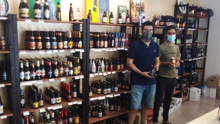Juan Navas y Félix López en su tienda de cervezas.