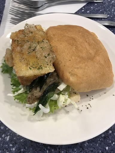 吃我的豆腐堡 雞蛋豆腐不錯 但漢堡麵包還好 好初鮮奶茶好喝