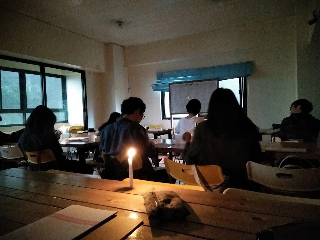 ろうそくの明かりで授業(全体)