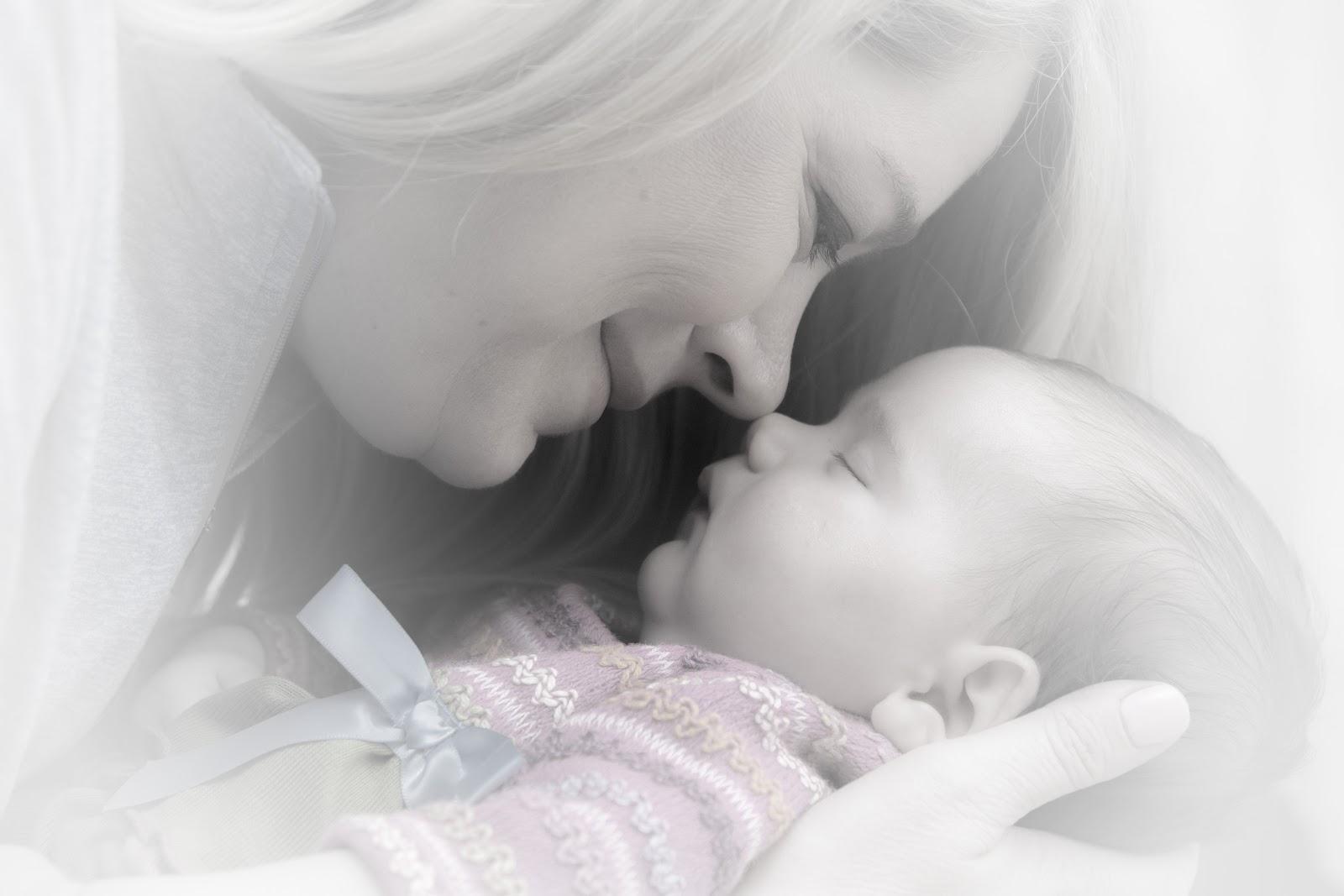 https://static.pexels.com/photos/38535/newborn-baby-mother-adorable-38535.jpeg