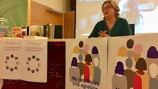 La coordinadora provincial del IAM, Francisca Serrano, en la presentación de la campaña #AcudeEscuchaAcompaña contra las agresiones sexuales.