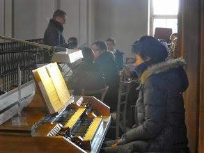 Photo: Beate Kokits an der Orgel und die Schützenkapelle