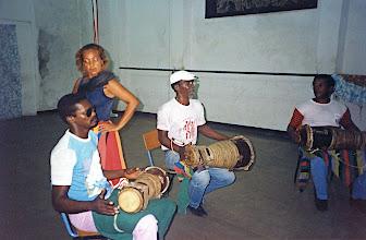 Photo: Tambourinaires batas du Conjunto Folklorico de Oriente et danse d'Oyá - 1992