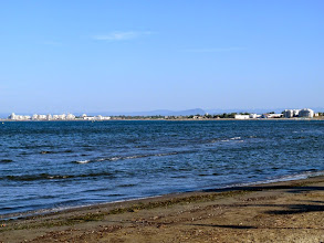 Photo: Au détour d'une rue, la Méditerranée apparaît ...