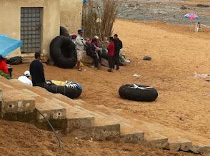 Photo: Des vendeurs de poissons tout frais pêché posé sur les pneus