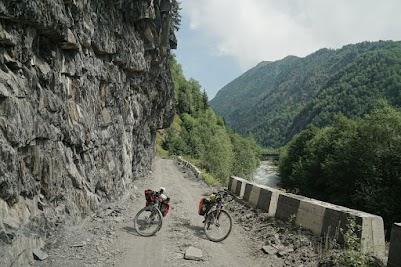 Rund 20 km unterhalb des Passes ist die Straße wieder gut zu fahren.