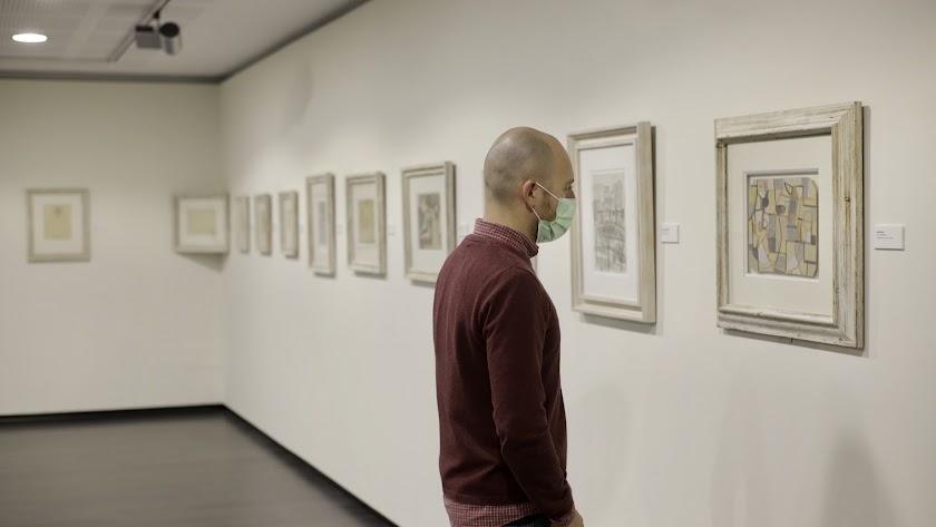 Un asistente a 'Lecciones del cubismo' en el Centro Fundación Unicaja.