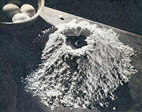 Photo: Főtt tészta gyúrásához elkészített liszt, tojással. - Mąka z jajkami do makaronu.