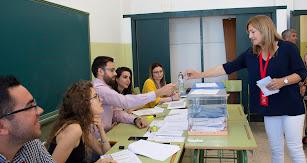 La candidata socialista, Esperanza Pérez, votando este domingo en Níjar.