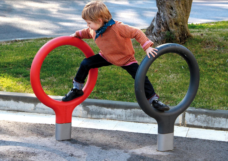 De kleurrijke Key fietsenstaander uit de collectie van Urbidermis by Santa & Cole, is een opvallend en speels element voor de publieke ruimte