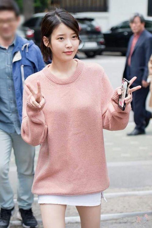 IU sweater 33