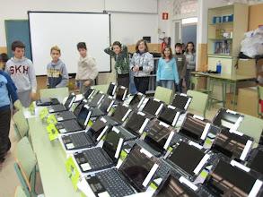 Photo: Els alumnes volen veure els miniportàtils.