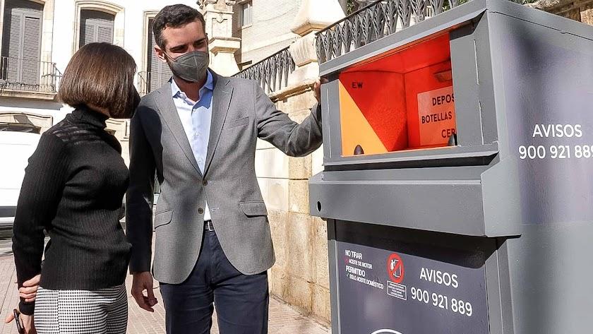 El alcalde de Almería, Ramon Fernández-Pacheco, observa uno de los nuevos contenedores de reciclaje