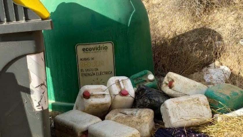 Garrafas de productos agrícolas se amontonan en los puntos de recogida de basura