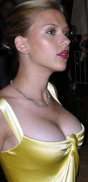 Scarlett Johansson sexy in golden gown