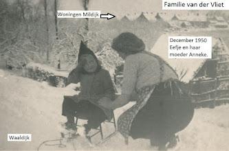 Photo: P fam vd Vliet; Anneke met dochter Eefje December 1950