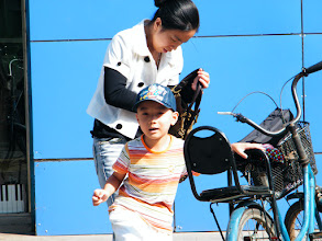 Photo: baby, warrenzh, owner of warozhu.com, finished a music lesson&leaving the school. his mom, emakingir attending he in class.