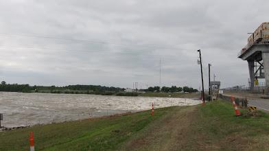 Photo: Kapaklar açılmış, suyun fazlası yan nehirlere veriliyor ama yetersiz.