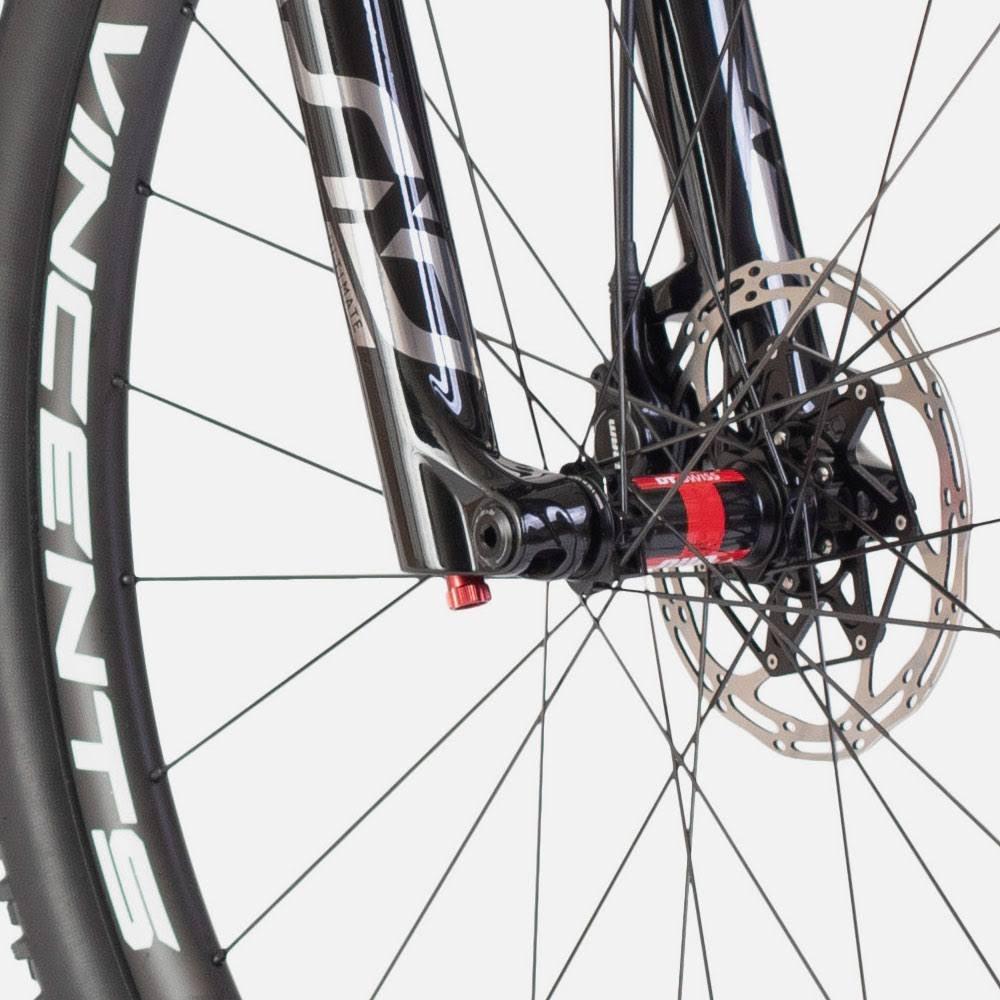Allebike Majestic AXS levereras med SID Ultimate, kolfiberhjul från Vincents med DT Swiss 240 nav.