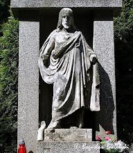 Photo: Bardzo interesującym ikonograficznie pomnikiem, jest na łódzkim Cmentarzu Katolickim św. Franciszka, pomnik nad grobem zamordowanego przez niemieckich okupantów 20 marca 1944 roku, 24-letniego Tadeusza Brzezińskiego. Nagrobek ma formę modernistycznej aediculi z lastrika, we wnęce której ustawiona jest figura Chrystusa Miłosiernego - swobodnie naśladująca słynne dzieło duńskiego rzeźbiarza Bertela Thorvaldsena. Posąg Chrystusa, mimo daleko posuniętej destrukcji (brak obu dłoni, z których lewa spoczywa na schodkach pod stopami Zbawiciela) odznacza się poprawnym modelunkiem, widocznym zwłaszcza w pofałdowanej szacie luźno zwisającej na lewym ramieniu.