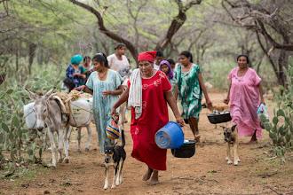 Photo: Las mujeres van en busqueda del agua - comunidad de Caciporchi - Uribia