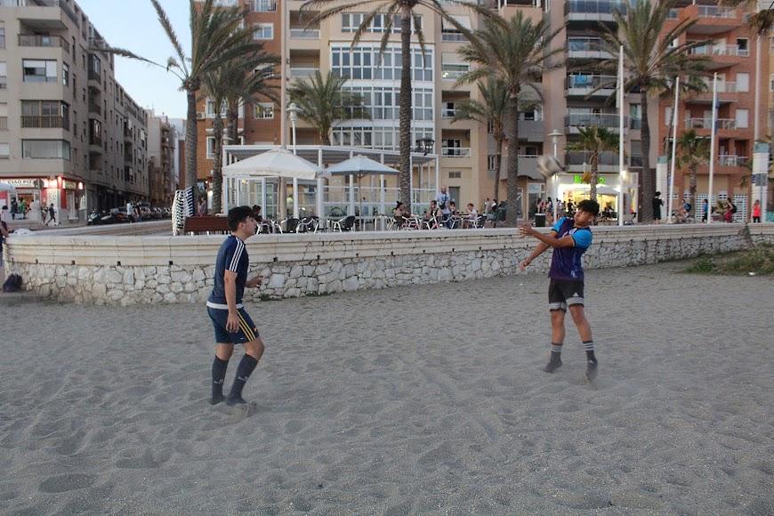 Deporte en la arena de la Playa de San Miguel.