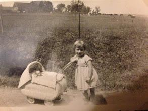 Photo: Tante Martina mit dem Puppenwagen. Mit dem bin ich noch rumgefahren... Nun wurde er vom Samler in Freiberg abgeholt.