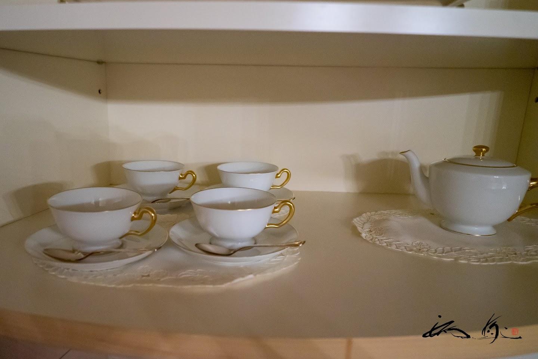 棚にセットされたコーヒーカップ