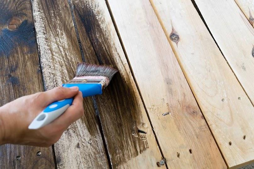 Malowanie i olejowanie drewna na tarasie
