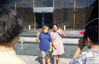Photo: Tokyo, am Kaiserpalast, spontane Begegnung japanische Mädchen und Elisabeth