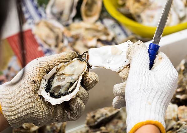 每顆生蠔肉皆是捕撈後立即手工去殼、接著馬上放入定型模具急速冷凍,全程皆符合衛生安全製程。進口皆有檢驗證明。